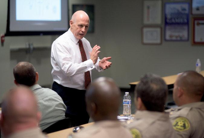 William J. Lewinski obučava policajce u Los Angelesu da pucaju bez ikakva razmišljanja, te da zbog ubojstva ljudskog bića neće biti kažnjeni jer je zakon na njihovoj strani. Može li se ovakva politika tolerirarti?