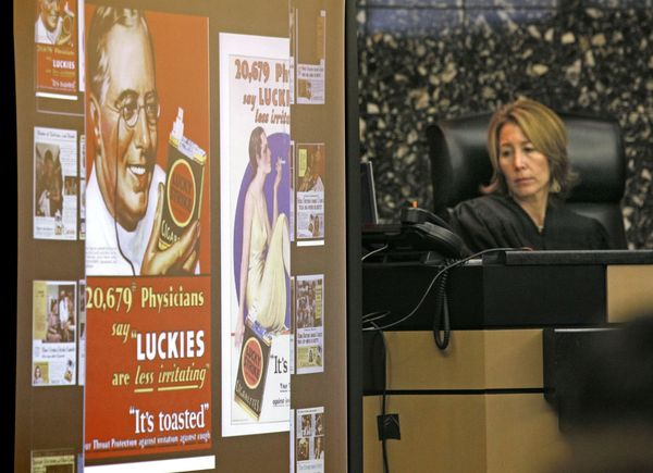 Sudkinja Robin Rosenberg pregledava stare reklame za duhanske proizvode, tijekom suđenja duhanskim kompanijama.