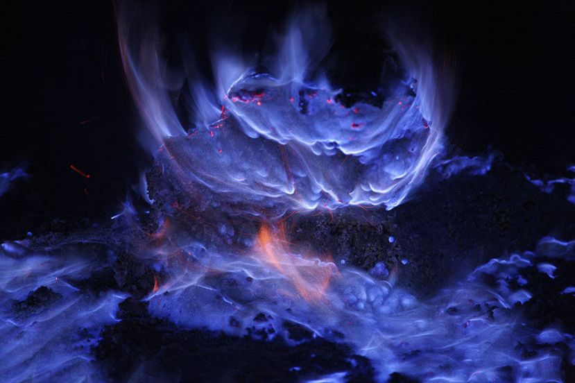 Plavi plamen sumpora koji izgara pri izlasku iz vulkanskih ispuha.