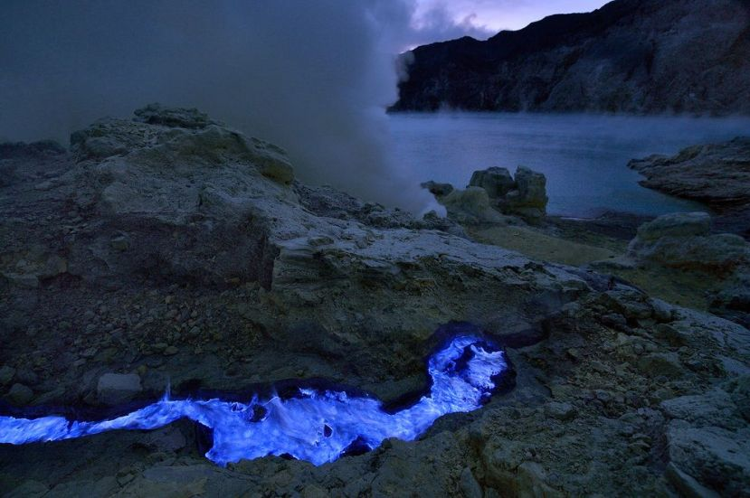 Plava lava teče prema jezeru od čiste sumporne kiseline.
