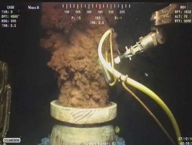 Nafta još uvijek curi iz Deep Horizona i drugih sličnih bušotina te prirodnih otvora na morskom dnu, pa ipak medije to više ne interesira.
