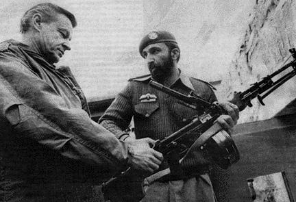 """Osama bin Laden i Zbigniew Brzezinski tijekom """"rata za neovisnost Afganistana"""" na slici vidite Osamu koji je od CIA-e dobio oružje za borbu protiv sovjeta."""