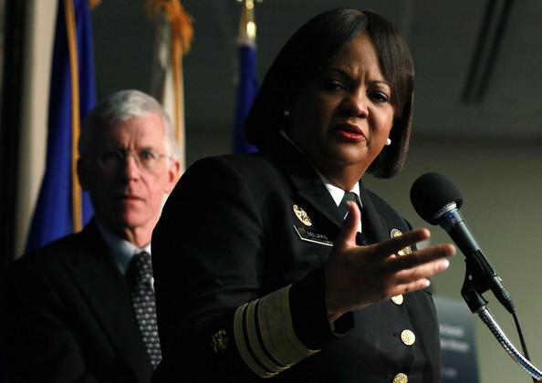 """Jedna od najvažnijih liječnica SAD vojske Regina Benjamin, obrazlaže Sametove navode o štetnosti pušenja i njegove zaključke SG-a, ovaj događaj je snimljen 2010. godine. Američka vojska """"zna"""" što je dobro za ljude?"""