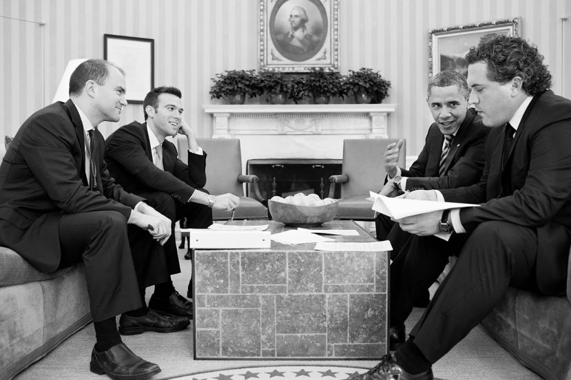 """Predsjednik Obama s najvažnijim """"pisačima govora,"""" odmah do njega sjedi Keenan koji je današnji direktor za pisanje govora Bijele kuće."""