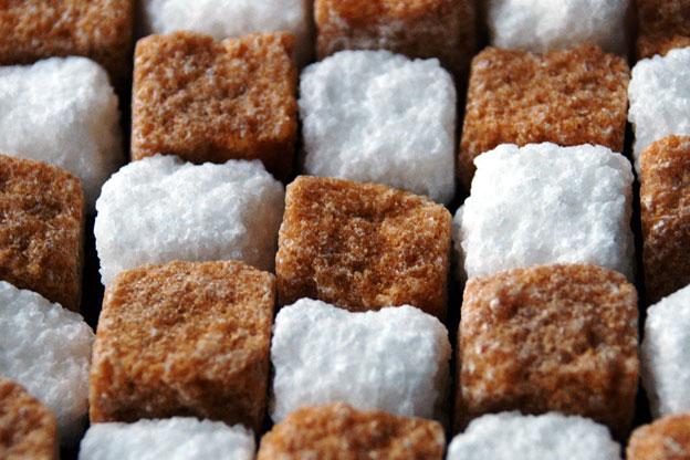 Kockice šećera, tamne kockice su napravljene iz šećerne trske, bijele kockice s napravljene iz šećerne repice.