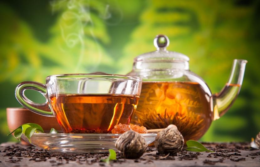 Postoje razne varijacije crnog čaja, od čistog crnog čaja do kombinacije sa suhim voćem i bibicama. Crni i zeleni čaj se dobiva iz listova iste biljke iz obitelji kamelija, no tijekom sušenja listići namjenjeni za crni čaj se fermentiraju te čaju daju bogati aromatični ukus i tamnu boju.