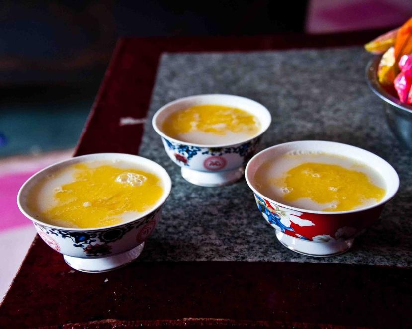 Crni čaj s maslacem i solju se tradicionalno pije na Tibetu. Tibetanci dnevno znaju popiti i do 40 šalica ovog napitka. Ne vjerujete li tibetanskom receptu, dovoljno je da u vašu šalicu čaja dodate dobar komad maslaca i ous će postati u najmanju ruku božanski, a utjecaj na vaše zdravlje će biti jednom rječju - nevjerojatan.