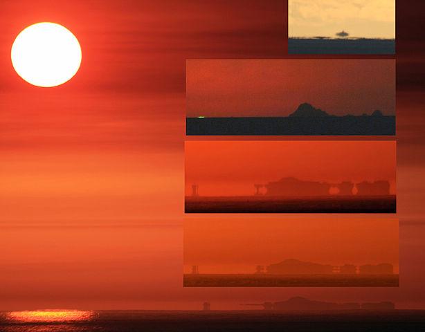 Slike prikazuju različite vrste miraža koje su snimljene na istom mjestu u toku 6 minuta. Najgornji manji okvir prikazuje donji miraž na otocima Farallon Islands u blizini San Francisca (Kalifornija, SAD). Drugi okvir odozgo prikazuje zeleni bljesak. Dva najdolja okvira i glavni najveći okvir prikazuju gornji miraž. Najveći okvir ustvari se može objasniti i kao fatamorgana. Najgornja slika je fotografirana s razine mora, dok su ostale 4 slike s visine od oko 20 metara.