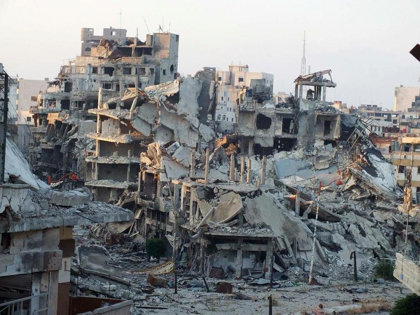 """Homs je samo jedan od gradova čije potpuno razaranje se može zahvaliti NATO bombama, oružju koji se daje ISIS-u i naravno luđačkim porivima """"Daesha."""" Tko bi mogao živjeti na ovakvim mjestima, tko bi mogao nahraniti obitelj i održati je živom u ovakvom paklu?"""
