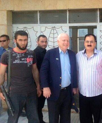"""američki senator John McCain u susretu sa """"sirijskim pobunjenicima"""" točnije članoivima Al Kaide, ISIS.a i Al Nusra fronta. KAko jedan američki senator može voditi pregovore s teroristima koje navodno želi uništiti zemlja koju senator predstavlja?"""