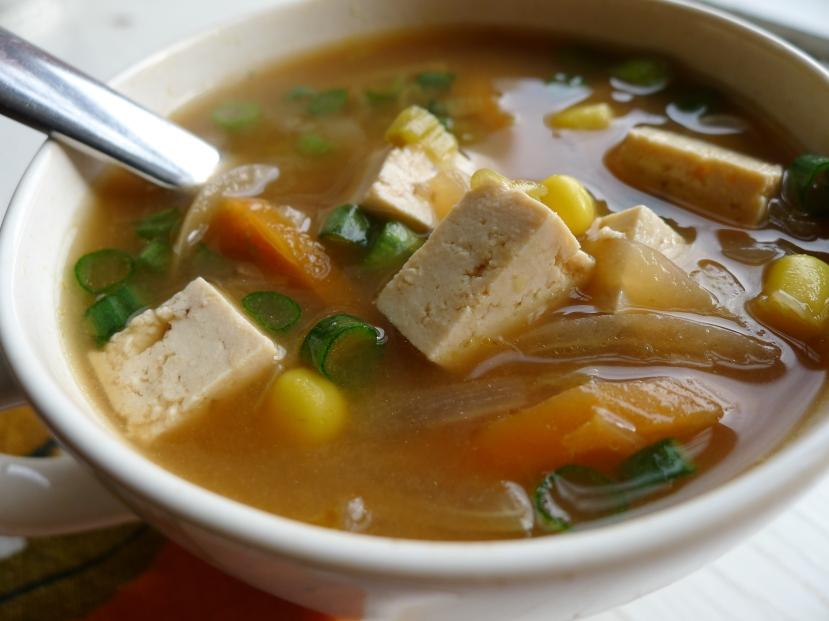 Azijska miso juha od povrća s vrlo malo tofua.