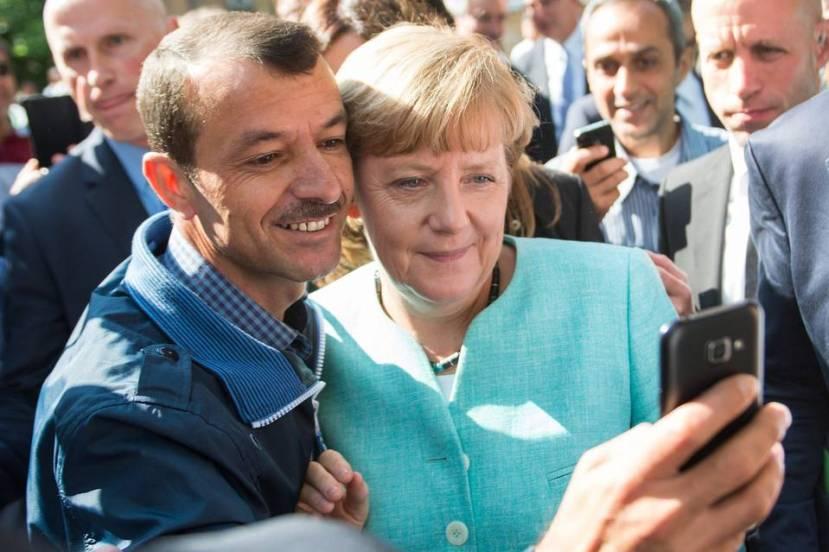 Kancelarka Merkel je pokazala najveću solidarnost prema onima kojima je pomoć najviše potrebna, njenu politiku pokušavaju osporiti konzervativci i neonacisti, no ima veliku potporu samih NIjemaca. Nevjerojatno je kako se Merkeličin stav o izbjeglicama u velike promijenio nakon shvaćanja kako amerikanci na sve moguće načine pokušavaju uništiti Njemačku ulogu u EU.