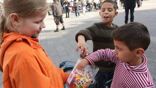Njemačka djevojčica nudi lizalice sirijskim dječacima. Definitivno svijet ostaje na mlađima.