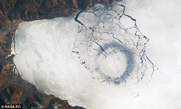 Jedan od ledenih krugova na Bajkalu.