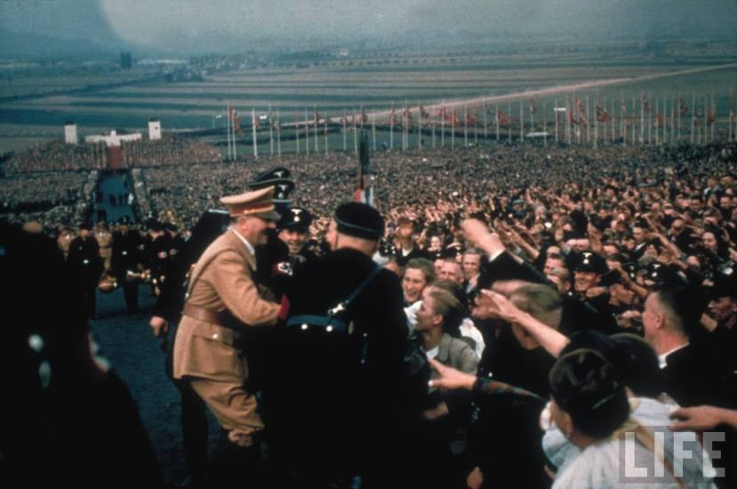 O instinktu krda ne treba puno govoriti, Hitler je postigao kompletnu militarizaciju i zombifikaciju ljudi pod njegovom vlašću.
