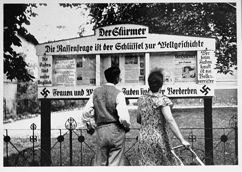 Jedan od prvih propagansnih panoa postavljen u Grosser Tiergartenu.