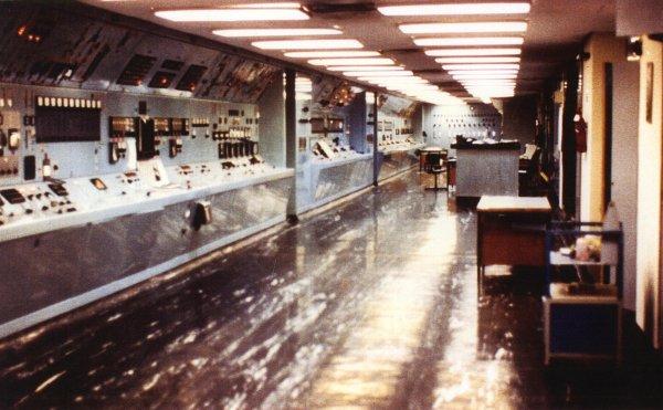 Kontrolan soba nuklearke Dimona koja se nalazi u pustinji Negev, snimljena od strane nuklearnog tehničara Mordechai Vanunua koji je kasnije otet i zatvoren zbog odavanja državne tajne o stvaranju nuklearnog oružja i unutrašnjosti nuklearke u kojoj se nalaze centrifuge za obogaćivanje radioaktivnih materijala.