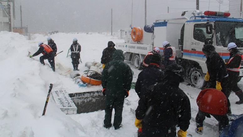 50 tisuća stanovnika Hokkaida je ostalo zameteno pod velikim količinama snijega, da stvar bude gore, nestalo je i struje.