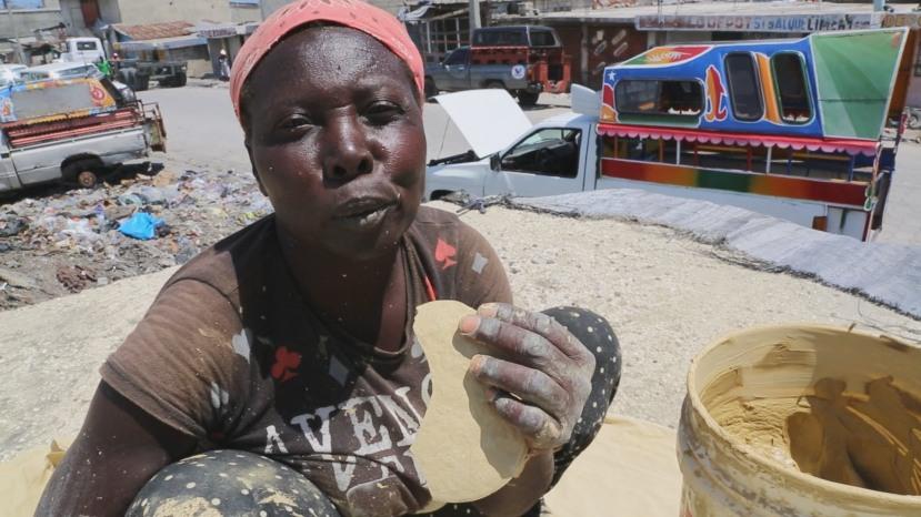 """Ovu """"hranu"""" jedu svi siromašni ljudi na Haitiju kada nemaju ničega drugoga da """"napune"""" svoje trbuhe."""