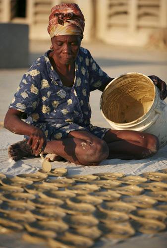 Kolači od blata - gline se stavljaju na sunce kako bi se osušili.