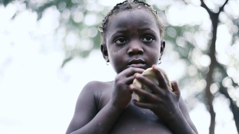 S kolačima od blata se hrane i djeca, velikom djelu školaraca, kolači od blata služe kao školska užina.