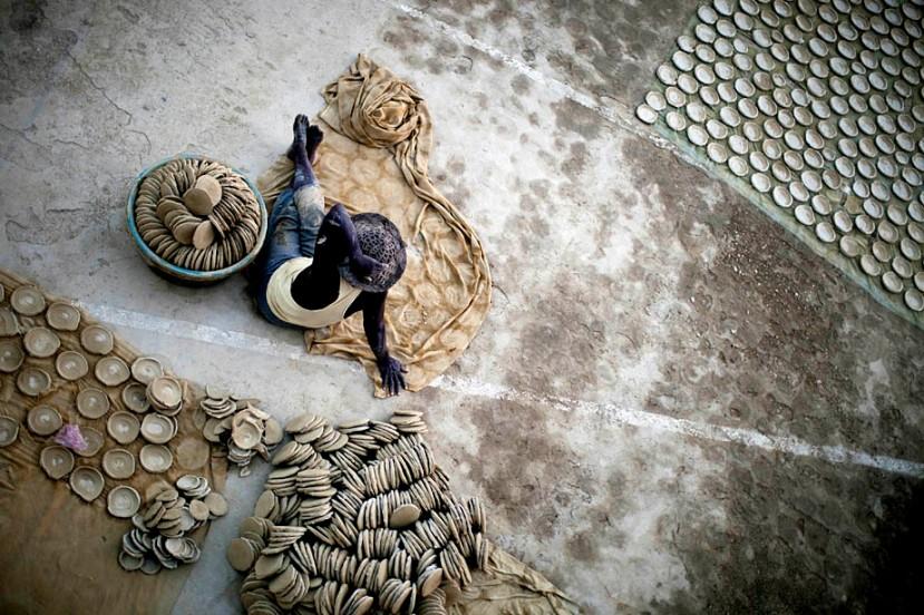 """Kolači od blata se nakon dan sušenja spremaju za dostavu na lokalne tržnice, a mnoge žene veliki dio #kolača"""" ostavljaju za prehranu svoje obitelji i djece."""