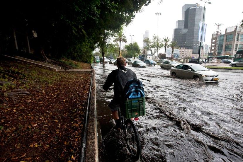 Izrael je u zadnje tri gopdine iskusio brojne bujične poplave, snijeg na području Jeruzalema i velika odstupanja u temperaturi. Na slici vidite bujične poplave iz Tel Aviva snimljene 2013. Slična situacija je bila i u Jeruzalemu prije nekoliko dana.