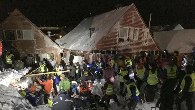 Spasitelji na Svalbardu su kopali cijelu noć akko bi spasili ljude iz zatrpanih kuća.