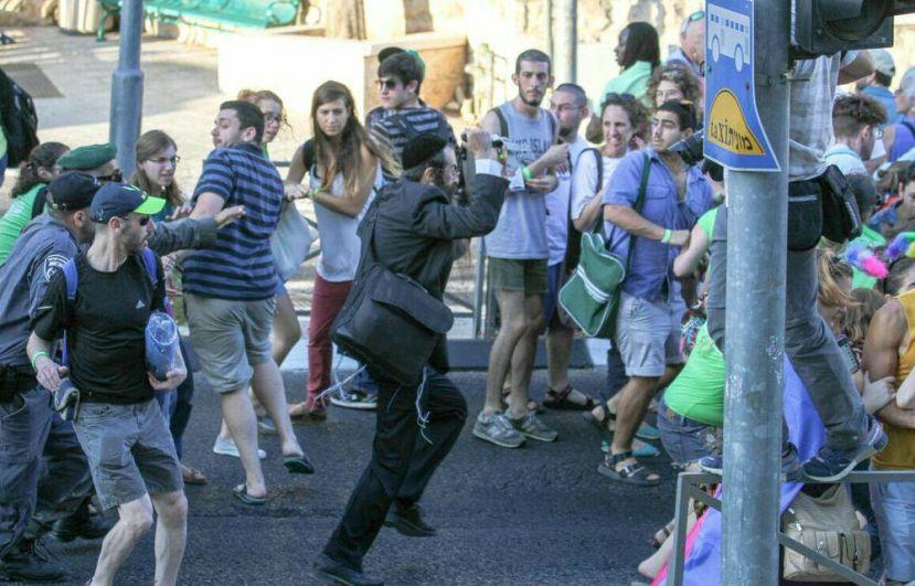 30.07.2015. ortodoksni Židov Yishai Schlissel napada učesnike Pridea, ranjavajući pri tom