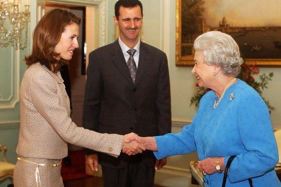 Bračni par Assad u državničkom posjetu kraljici Elizabethi drugoj, u vrijeme kada su Bashara al-Assada htjeli počastiti počastima viteza Ujedinjenog Kraljevstva.