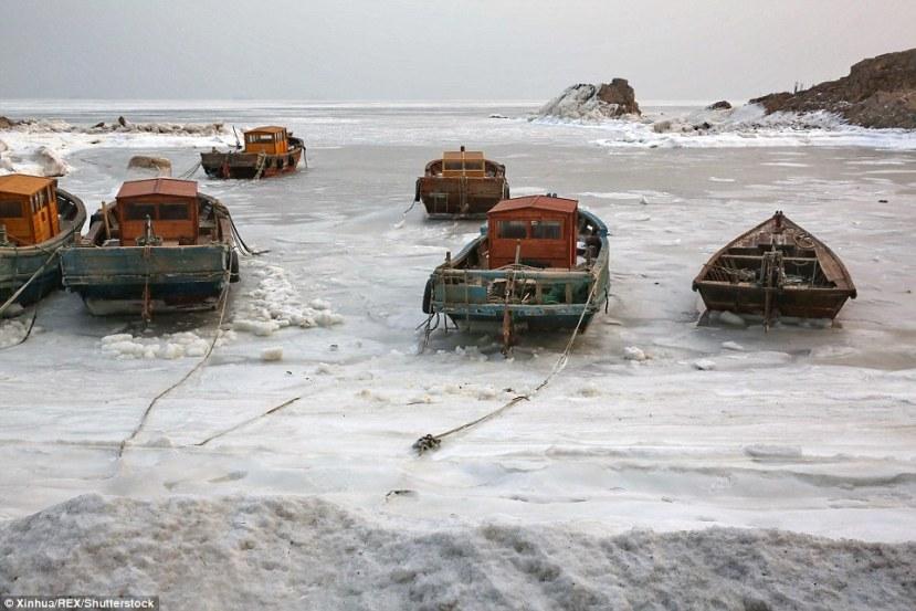 Ledom okovane brodice u kineskoj provinciji