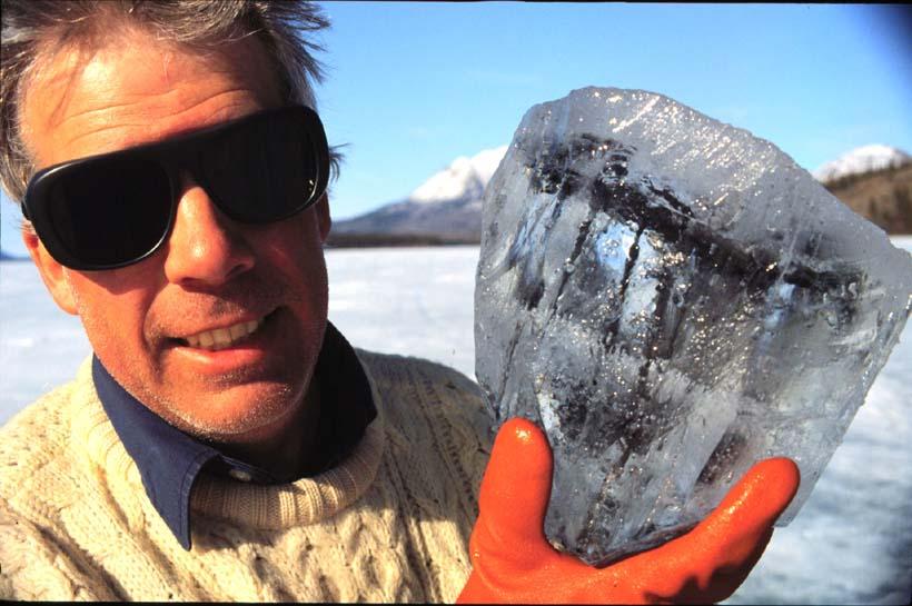 Dijelić objekta koji se zabio u jezero Tagish okovan ledom.