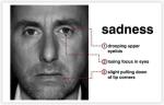 Tuga se može pojaviti na nečijem licu, čak i ako osoba naizgled izgleda dobro, osjećaj tuge uvijek pomalo izvire na van. Osobe mogu pokušati zamaskirati tugu s osmijehom, tako da ljudi ne mogu vidjeti kako se oni doista osjećaju. No, osjećaj tuge će zasigurno procuriti kroz mikro-izražavanje. Tuga je jedan od najtežih mikro izraza na licu, jer se radi o vrlo suptilnoj emociji. Prepoznavanje mikro izraza tuge se događa u 1/5. sekunde, dakle vrlo brzo i potrebno je dosta vještine da ju uočimo. Kada je tuga na licu, kutovi usana su spušteni. Kapci će klonuti i to će izgledati kao da im oči gube fokus. Obrve će se spajati, dignute prema gore što uzrokuje boranje između njih.
