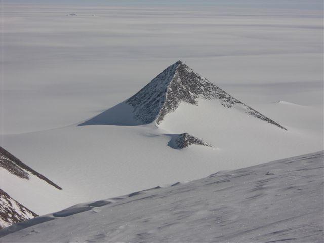 """Planina ili djelo """"nečijih ruku"""". Jedna od piramidalnih strukura na zapadnom dijelu Antarktike."""