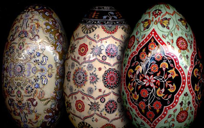 Blagoslovljena tradicionalno urešena jaja Norwuza, perzijske nove godine, jako nalikuju na naše pisanice.