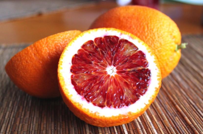 """Uskusna i iznimno zdrava crvena naranča s ostalim vrstama naranača stvara mješance koji imaju poneku """"krvavo crvenu"""" pjegu na mesu."""
