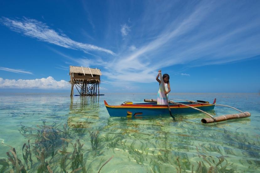 Djevojčica morskih nomada plemena Bajau u tipičnom kanuu.