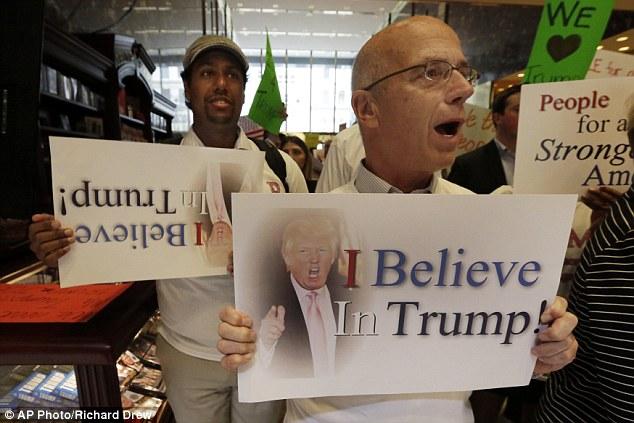 Toliko vjerujem u Trumpa da nisam opazio da držim pogrešno okrenut natpis?!