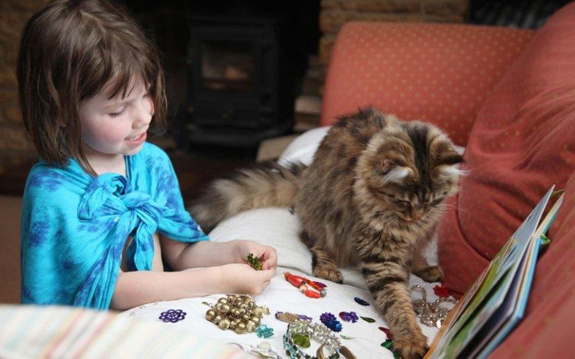 Iris voli praviti nakit od raznobojnih prelica, ponekad to traje satima, Thuli to ne smeta ona će oponašati Iris i sjedit će pored nje dok se zajedno igraju.