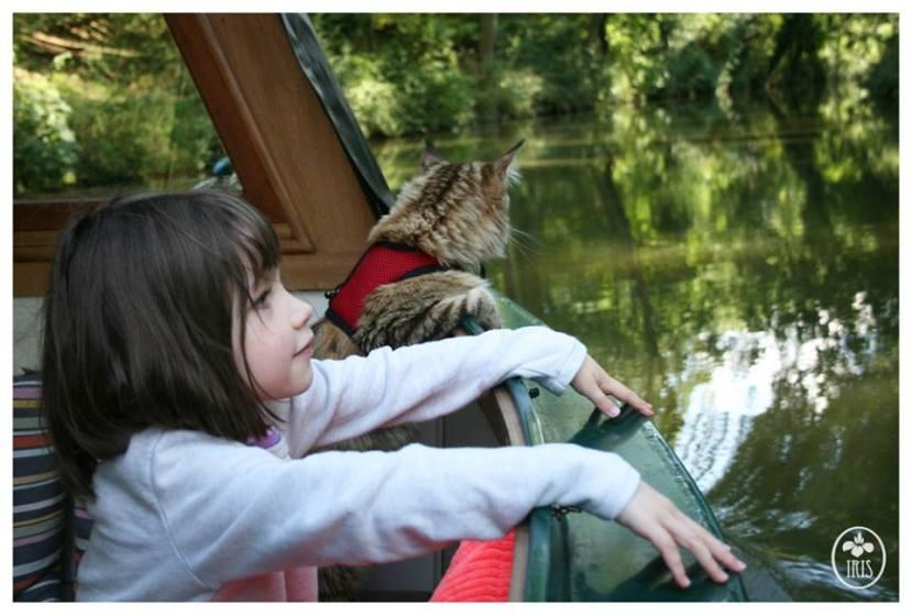 Thula i Iris u vožnji brodicom po engleskim kanalima.