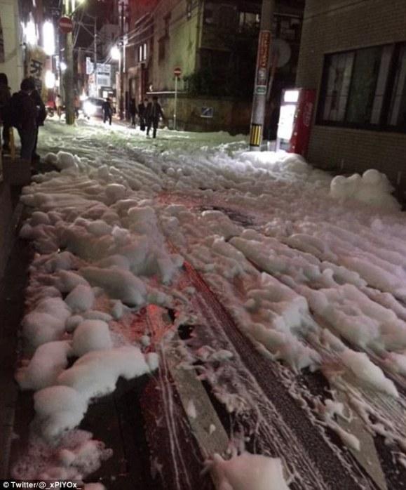 Nekoliko sati nakon pojave, pjena je raznešena diljem šieg središta grada.