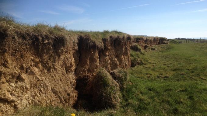 Nakon pukotina i tlu, dijelovi obale jednostavno klize prema moru.