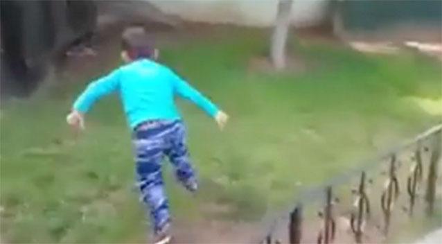 Gdje su nestali plemeniti ljudski osjećaji? Na slivi vidite sirijskog dječaka koji se pokušava skriti od navodnog zračnog napada.