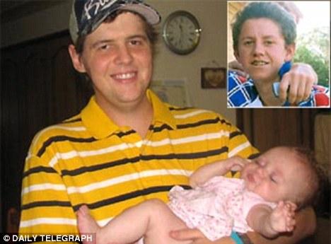David Waters u rukama dseži svoju kćerku, u gornjem desnom kutu vidite sliku 18-to godišnjeg Kadena, čije je srce Waters dobio, zajedno s ljubavlju za posebnim hamburgerima.