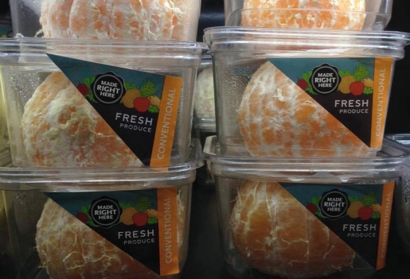 Nebulozne oguljene naranče u plastičnom pakovanju.