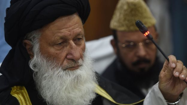 """Maulana Muhammad Khan Sherani, vođa Vrhovnoh islamskog vijeća Pakistana i idejni začetnik, prijedloga zakona o """"laganom"""" mlaćenju žena."""