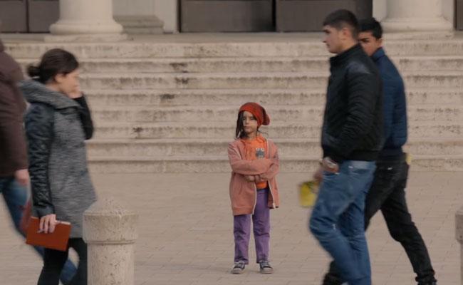 Biste li pomogli djetetu na ulici, ako je obučeno u dronjke?