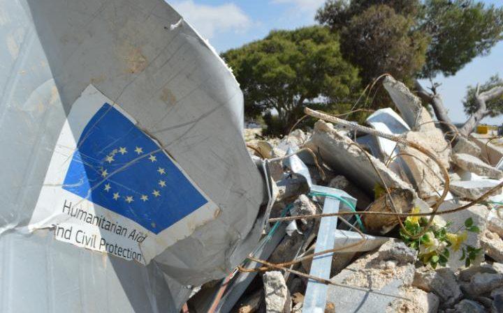 Europska unija je gradila kuće s Izraelskim dopuštenjem, pa ipak Izrael je promijenio svoju politiku, te je i njih počeo rušiti.