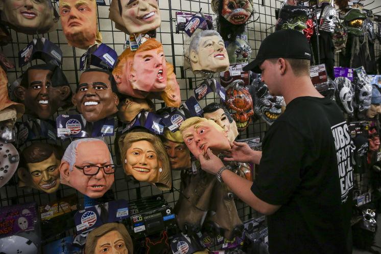 Amerikanac pri izabiru maske za Noć vještica.