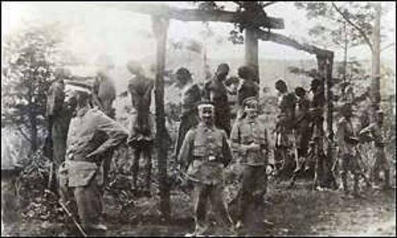 Javne snage nakon egzekucije seljana koji nisu uspjeli ostvariti zadanu kvotu.